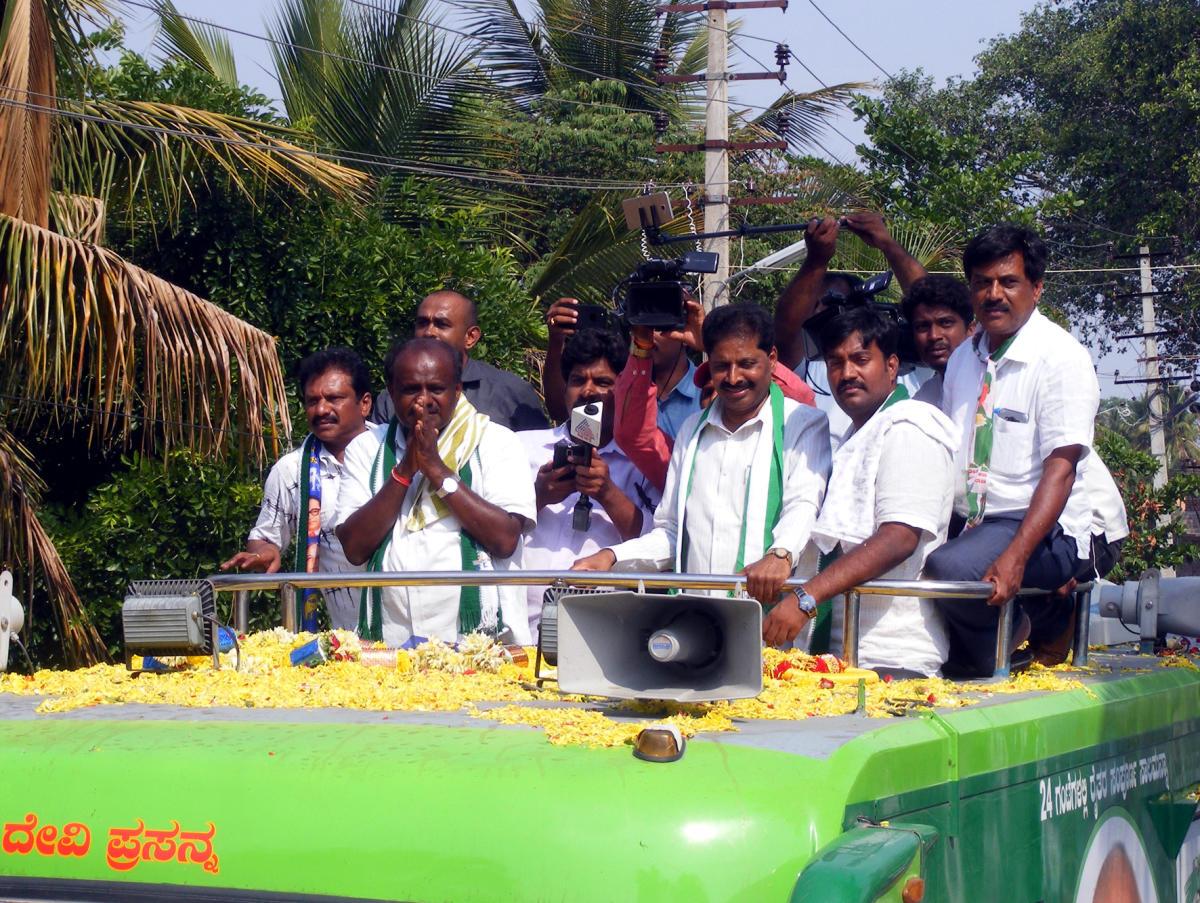 JD(S) state president H D Kumaraswamy held a roadshow in Bevuru village of Channapatna district on Sunday.