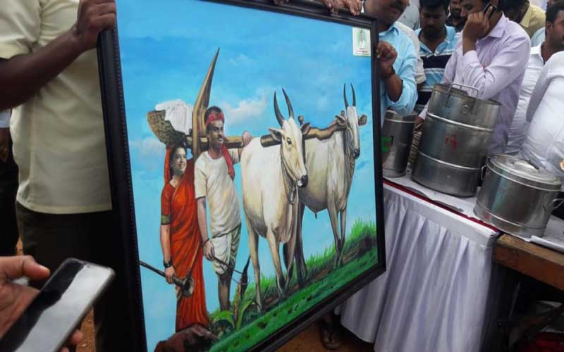 Chief Minister H D Kumaraswamy was presented with artwork depicting him as a framer holding plough, and his wife Anitha Kumaraswamy carrying food, at the paddy field at Sitapur in Mandya district on Saturday. The CM transplanted paddy at a 5-acre field. (DH Photo)