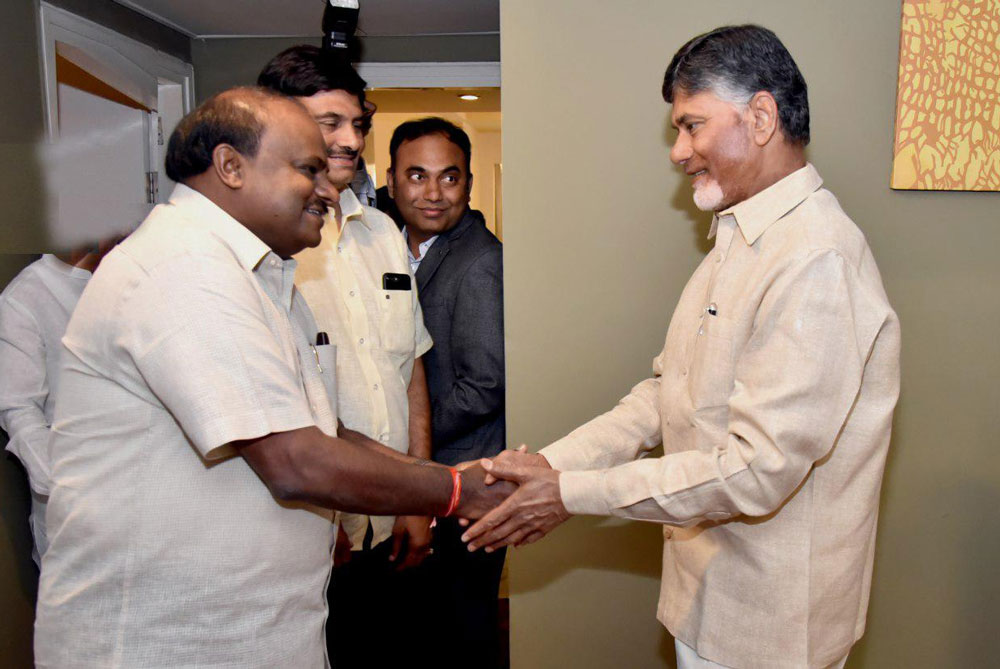 In a brief meeting, both of them discussed the necessity of unity among all regional parties, especially in South India. (DH Photo)