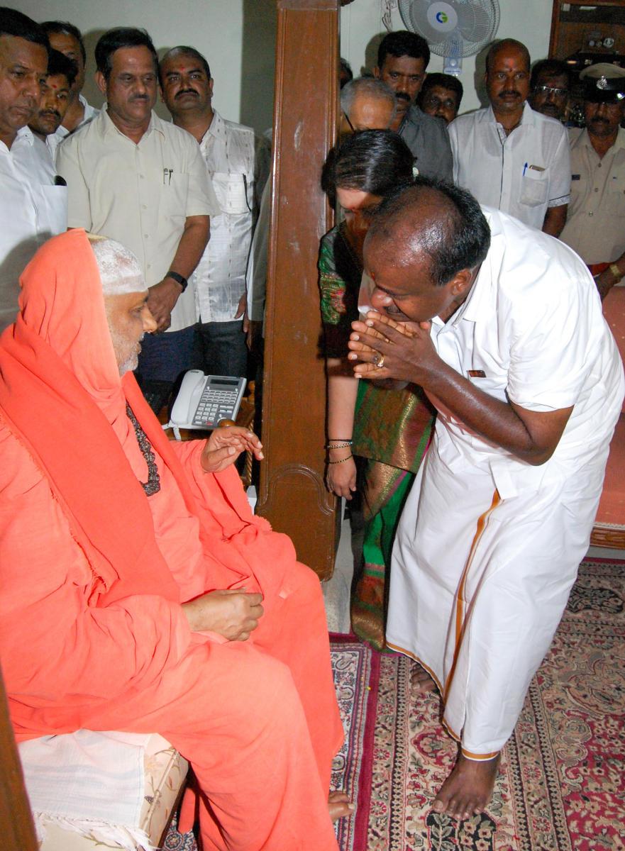 Designated Chief Minister Kumarswamy with his wife Anitha Kumarswamy taking blessing from Suttur Mahasamsthana Math Seer Shivarathri Deshikendra Swamiji during his visited the Suttur Math in Mysuru on Wednesday. -Photo / SPECIAL ARRANGEMENTS
