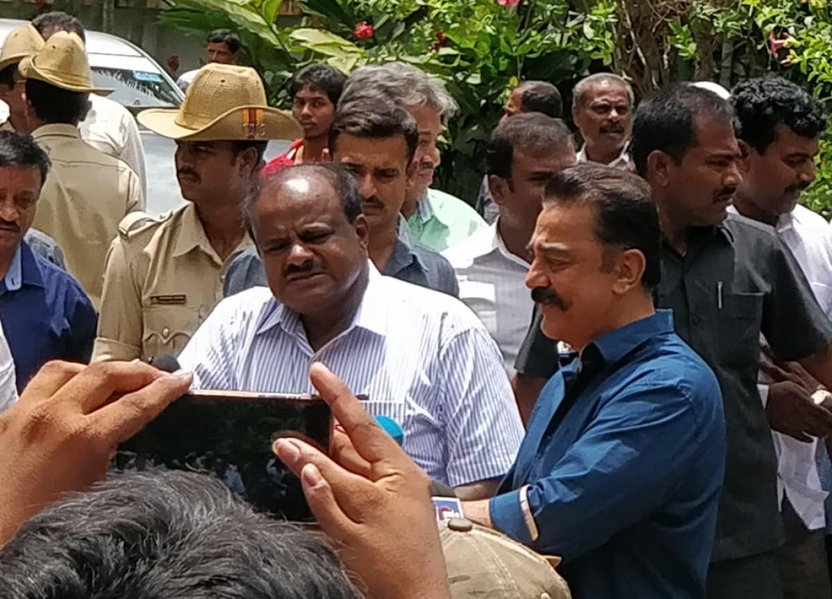 Chief Minister Kumaraswamy and actor-turned-politician Kamal Haasan jointly address the media outside the CM's official residence Krishna, in Bengaluru on Monday. (DH Photo/Ashwini Y S)
