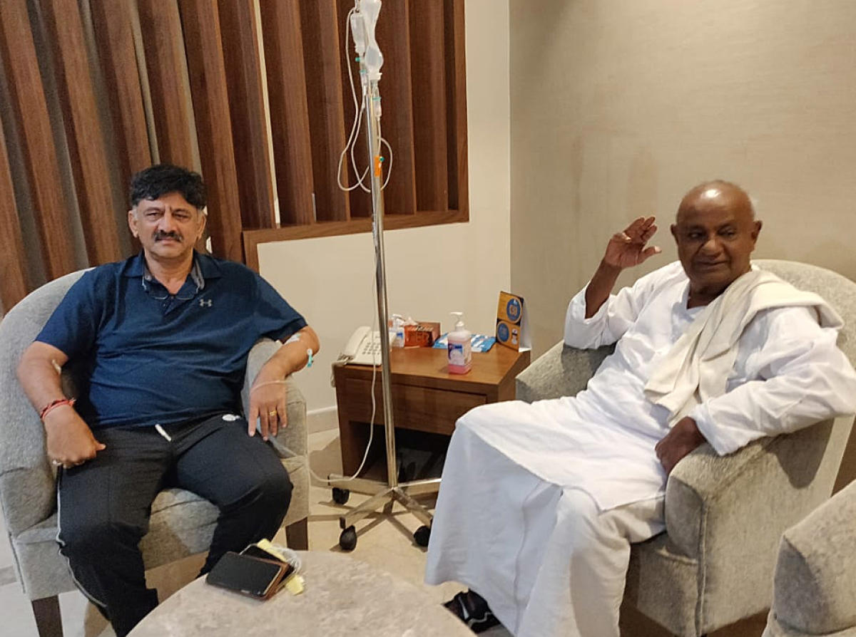 Former prime minister H D Devegowda calls on Minister D K Shivakumar at a private hospital in Bengaluru on Thursday. dh photo