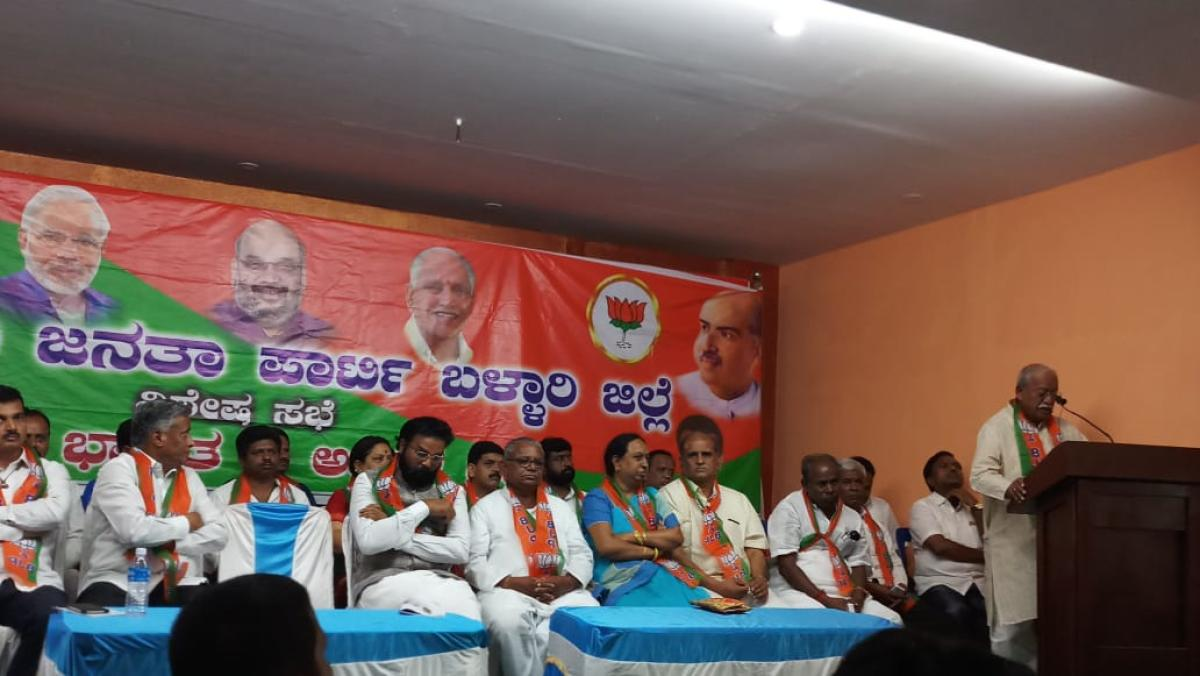 Former minister Ramesh Jigajinagi addresses the BJP party workers at Hosapete on Saturday. (DH Photo)
