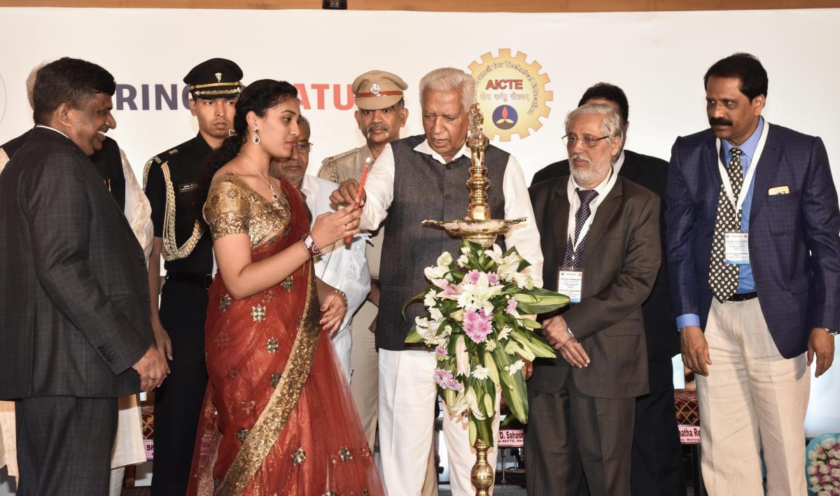 Governor Vajubhai Vala inaugurates Tech VCs' Conclave organised by VTU and AICTE in Bengaluru on Friday. VTU V-C Karisiddappa, AICTE Chairman Prof Anil Sahasrabudhe, VTU Register H N Jagannatha Reddy look on. DH PHOTO