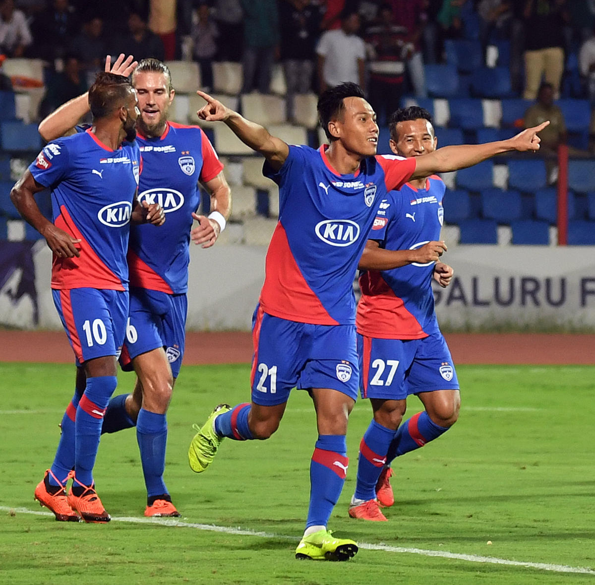 Udanta Singh (No 21) celebrates after scoring BFC's first goal against FC Pune City during their ISL match in Bengaluru on Friday. DH Photo/ Srikanta Sharma R