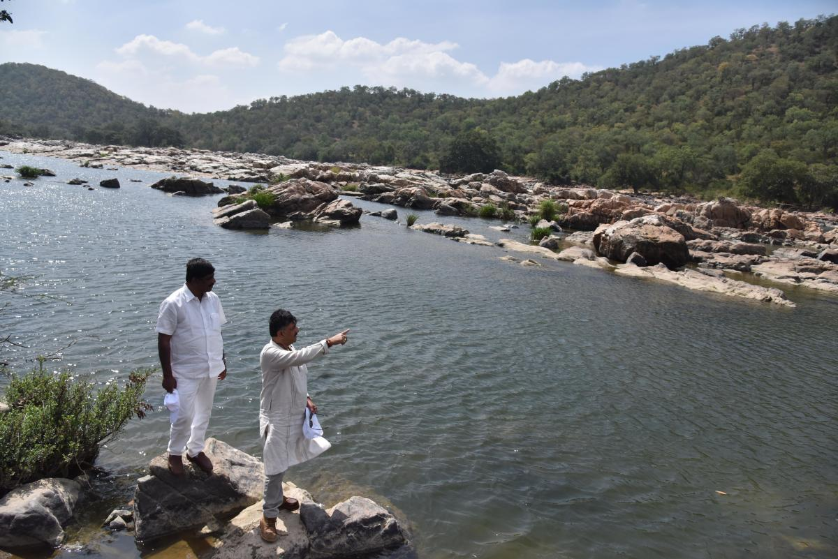 Water Resources Minister D K Shivakumar shows the place where the proposed Mekedatu reservoir will come up. MP D K Suresh is seen.DH photo