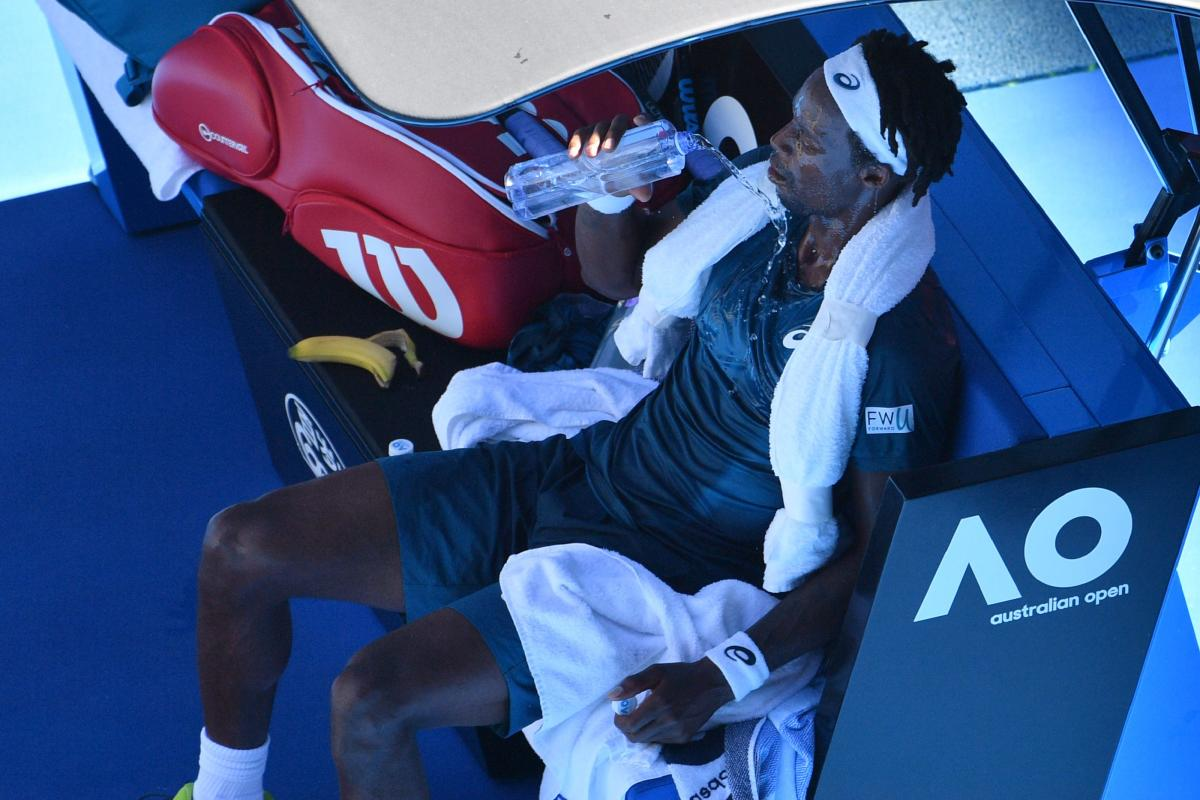 MUCH-NEEDED RELIEF: France's Gael Monfils pours water on himself to cool down from the heat during their men's singles match against Serbia's Novak Djokovic in last year's Australian Open. AFP