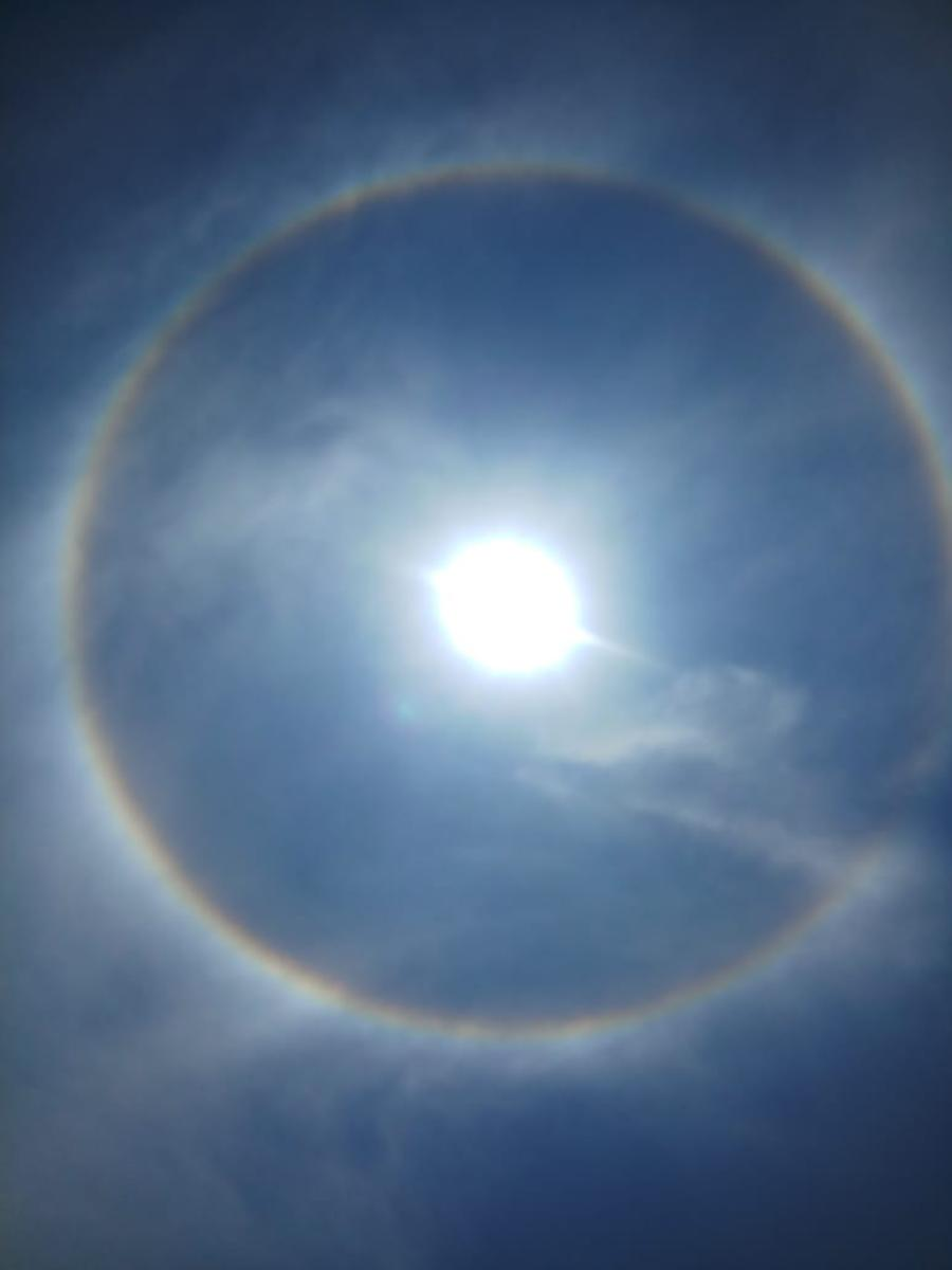 The rainbow-coloured ring around the Sun sighted in Shivamogga on Monday at noon. DH photo.
