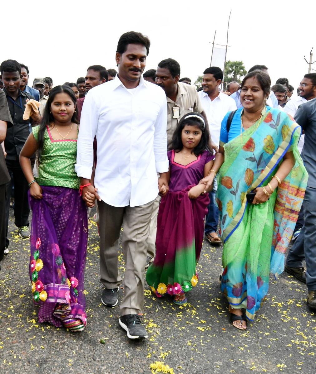 Jaganmohan Reddy in Kaligiri during the padayatra on Tuesday. DH PHOTO/FILE