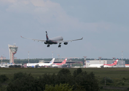 Snowden arrives in Russia, reportedly en route to Venezuela
