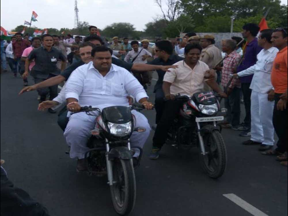 Rahul Gandhi violates traffic rules on his way to Mandsaur?