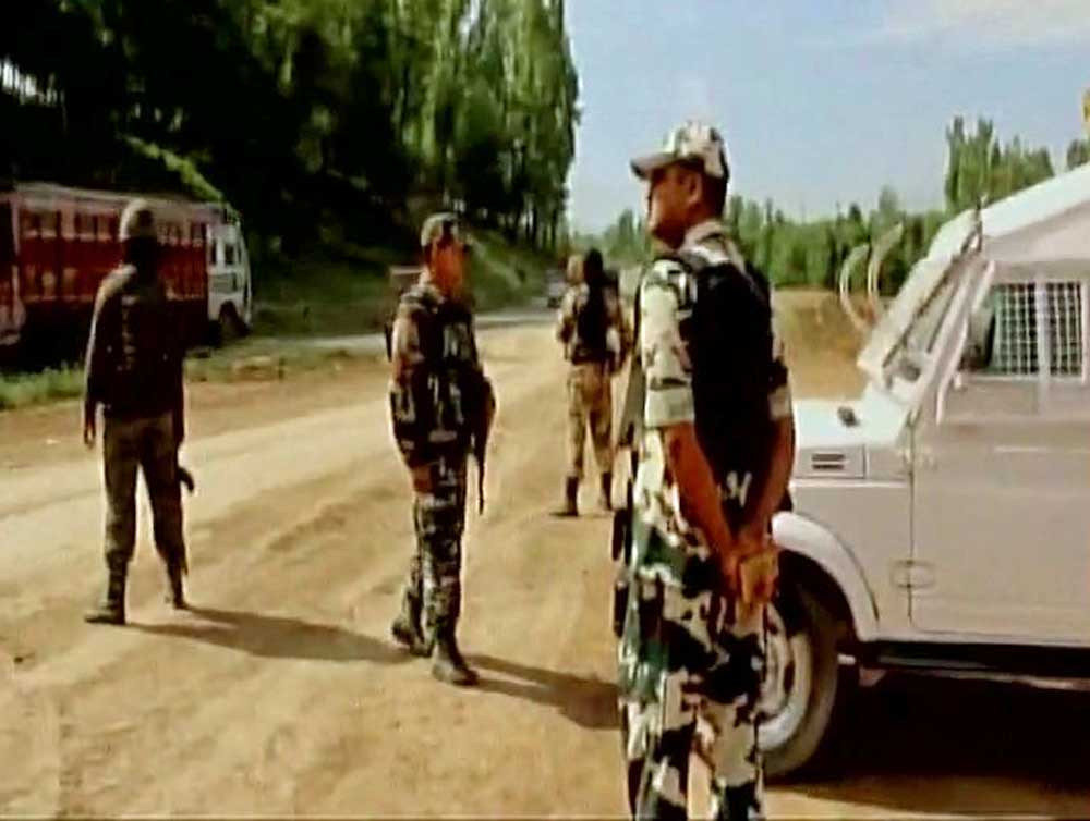 One injured in firing on security vehicles in Kashmir