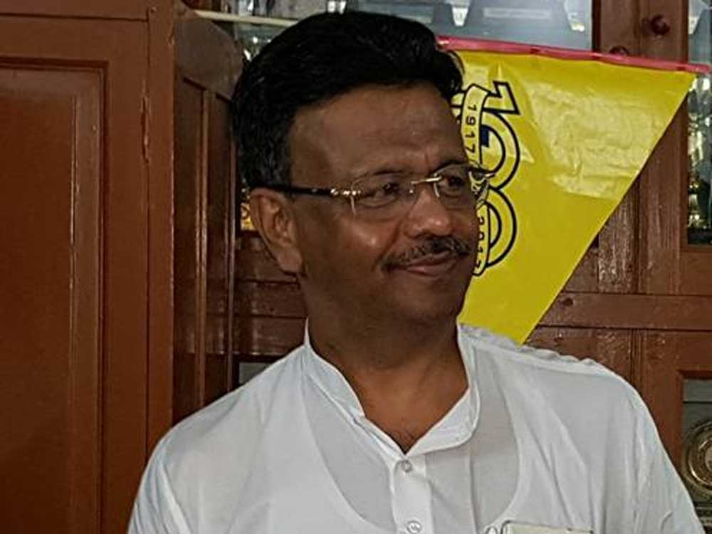 While Hakim secured 121 votes out of the total 144 members of theKolkataMunicipal Corporation (KMC), Purohit managed to get only five votes.