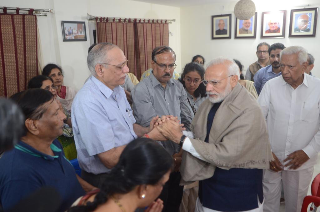 Prime Minister Narendra Modi console Ananth Kumar's close friend and family doctor Dr Srinath of Shankara hospital. (DH Photo)