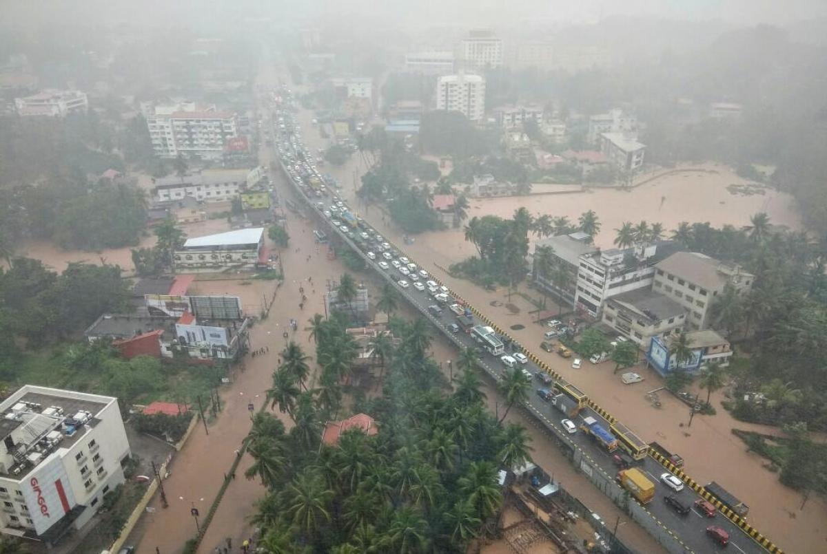 UNDERWATER: Vehicles queued up to a kilometre, following the flood at Kottara Chowkiin Mangaluru on Tuesday.