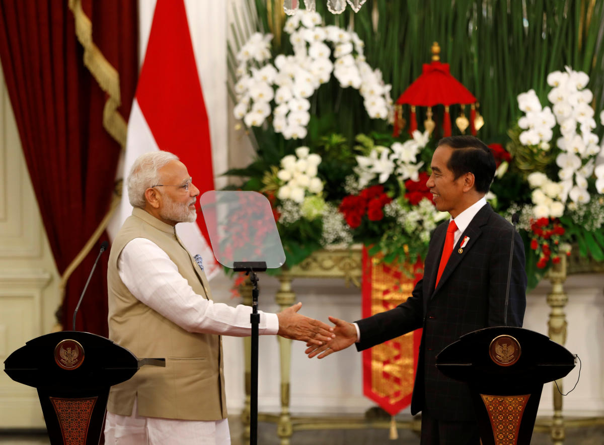 Indian Prime Minister Narendra Modi shakes hands with Indonesia President Joko Widodo after they spoke following their meeting at the presidential palace in Jakarta, Indonesia May 30, 2018. (REUTERS/Darren Whiteside)