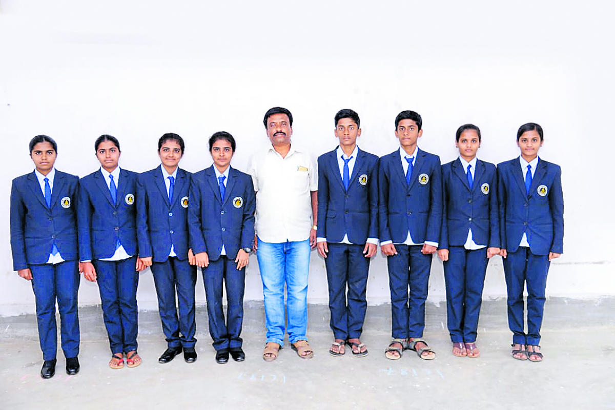 The four pairs of twins, with Kapanipalya Ramesh, vice-principal of Jnanabharathi Pre-University College in Kunigal town. DH Photo