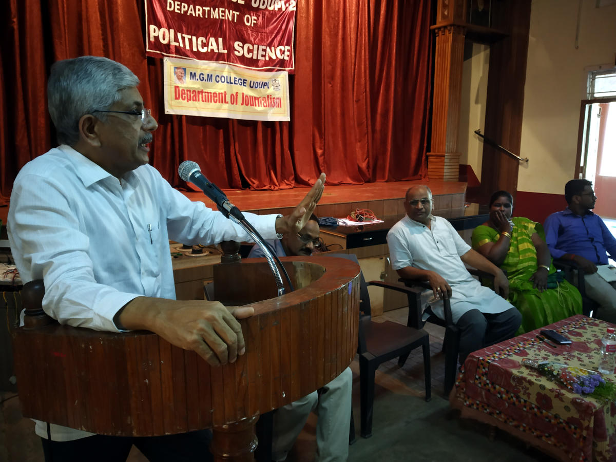 Former minister Jayaprakash Hegde speaks at an interactive session organised by the Departments of Political Science and Journalism at the Mahatma Gandhi Memorial College in Udupi.