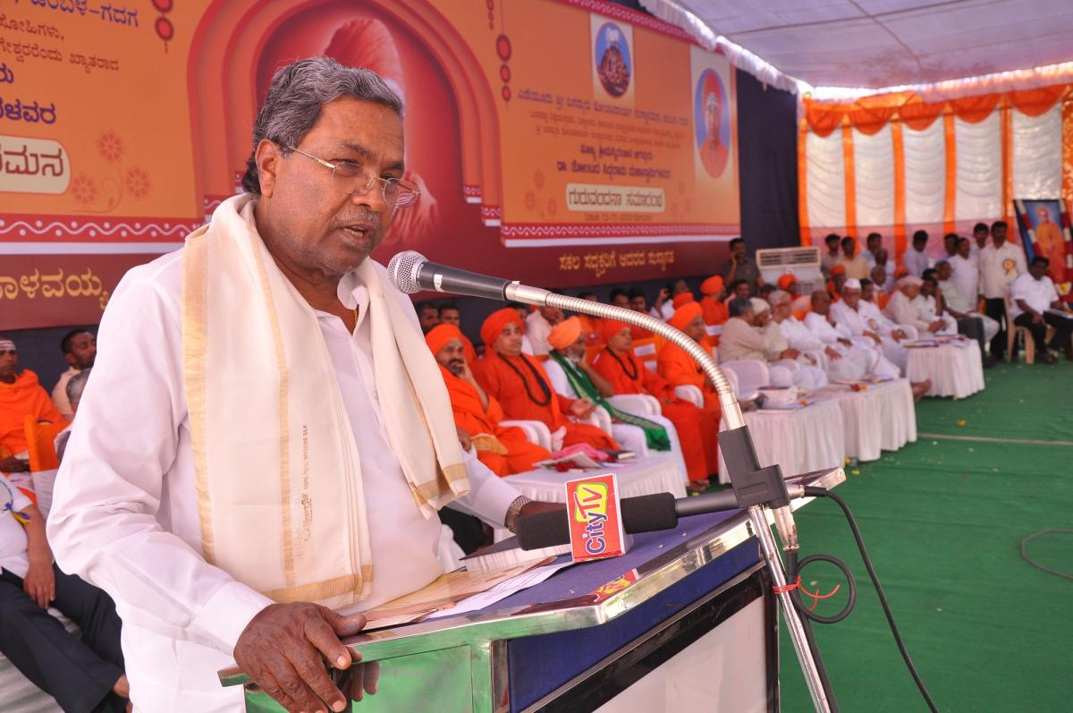 The coalition coordination committee chairman Siddaramaiah speaks at remembrance programme of late seer Tontada Siddalinga Swami in Gadag on Sunday. DH Photo