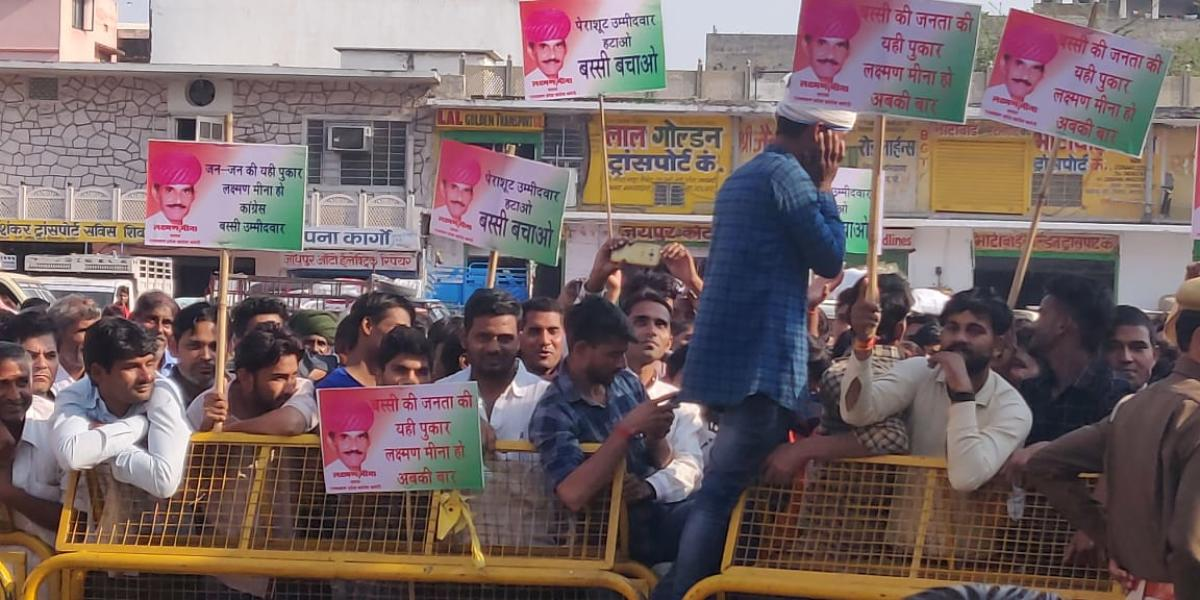 Supporters of those denied Congress tickets, hold a protest outside the Congress office in Jaipur. Banners read 'Go Parachute candidates'. DH PHOTO/ Tabeenah Anjum