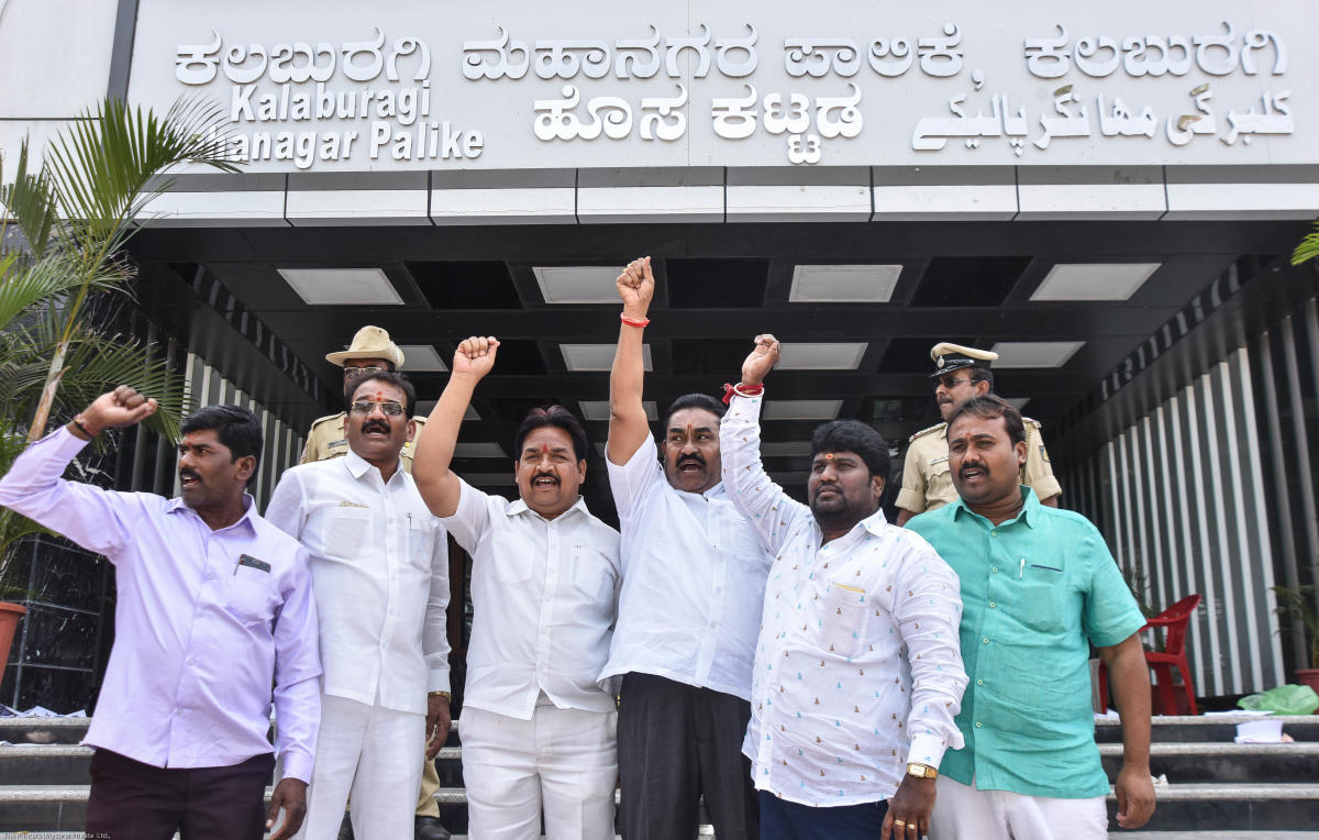 Corporators stage a protest in front of Kalaburagi Mahanagara Palike on Saturday against including Urdu on Palike's name board. DH PHOTO