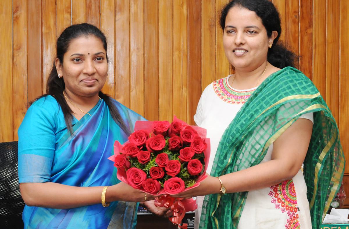 Outgoing Deputy Commissioner Priyanka Mary Francis (right) welcomes new Deputy Commissioner Hephsiba Rani Korlapati in Udupi on Thursday.