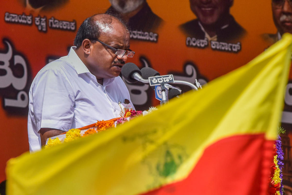 Chief Minister H D Kumaraswamy speaking at Karnataka Rajyotsava celebrations and Makalla Mela organised by Public Education Department at Sree Kanteerava Stadium in Bengaluru on Thursday. Photo by S K Dinesh