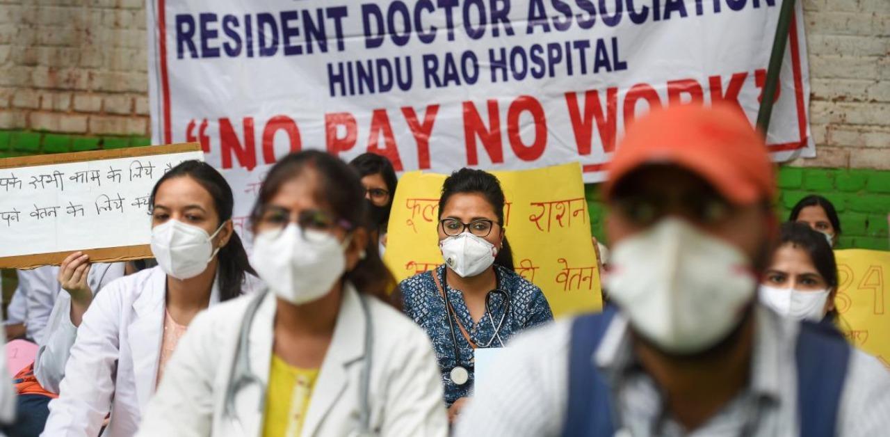 Resident doctors of NDMC hospitals protest at Jantar Mantar over salary dues | Deccan Herald