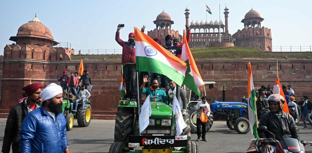 Protesting farmers reach Red Fort on tractors, hoist flag   Deccan Herald