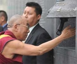 Dalai Lama compares fate of Tibetans to WWII Warsaw Uprising