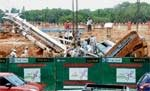Metro: Crane rig overturns