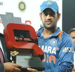 Dhoni pulls up team for bad fielding, insists on flawless show