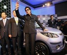 Shah Rukh gets nostalgic at Auto Expo