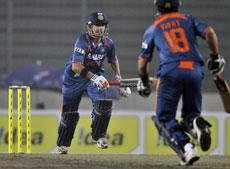 India crush Lanka to storm into final