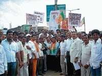 BJP workers burn Gowda's effigy
