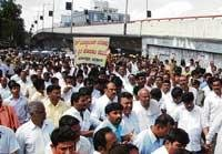 Gowda's dharna disrupts traffic