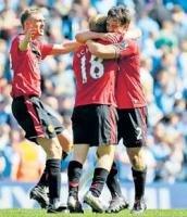 Scholes strike lifts Man United