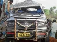 Tempo, bus collide: Six killed