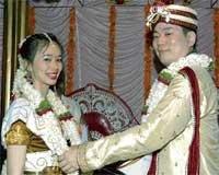 Japanese couple tie knot Hindu way