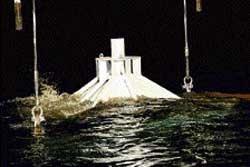 Giant box to help plug US oil leak