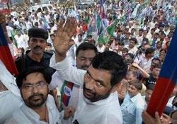 Life hit in Bihar bandh; Lalu, Paswan among 5,200 detained