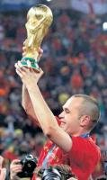 Emotional Iniesta fulfills  a promise to himself