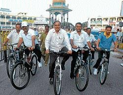 Minister, Mayors' go on bi-cycles in city