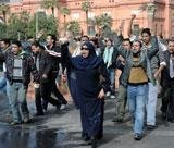 Egypt slips into chaos, protesters defy curfew