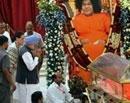 PM, Sonia pay homage to Sai Baba