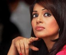 Bipasha detained at Intl airport, let off after paying duty