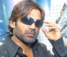 Delhi stuntman drags Suniel Shetty to court