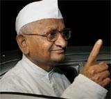 Hazare visits Rajghat, breaks his vow of silence