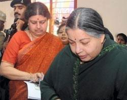 Jayalalitha expels Sasikala, 13 others