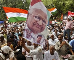 Government trying to break Team Anna, says Hazare